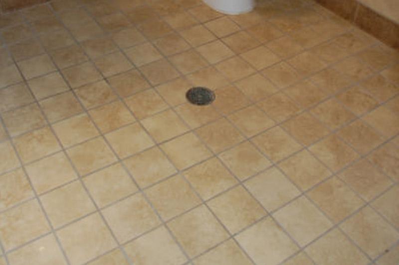 Los Vecinos - Tiled bathroom floor