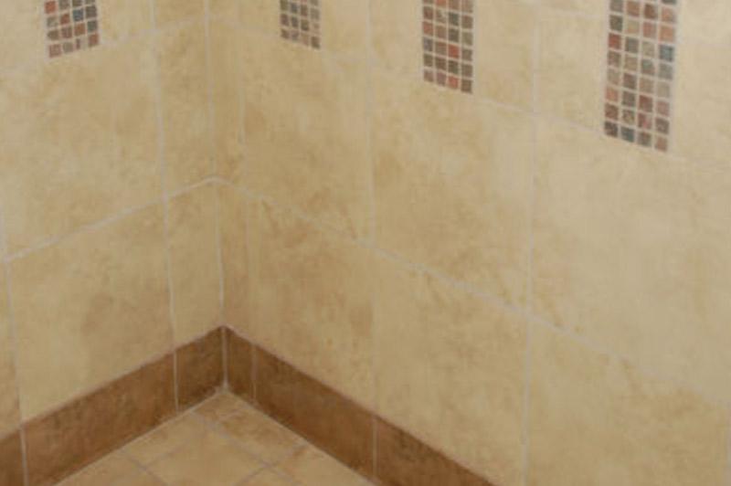 Los Vecinos - Tiled bathroom